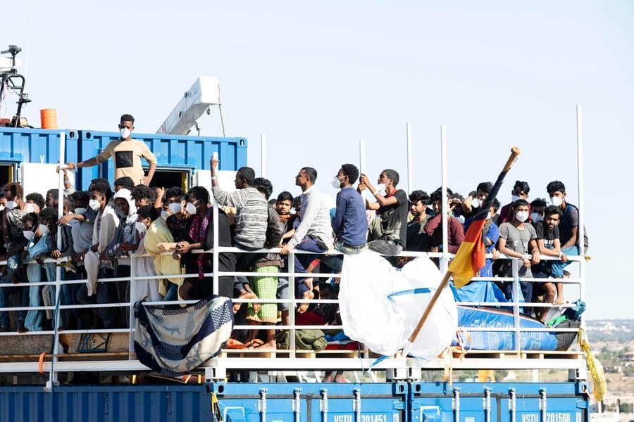 """Migranti, la Ue: """"Aumentano gli arrivi, pressione spropositata in Italia"""""""