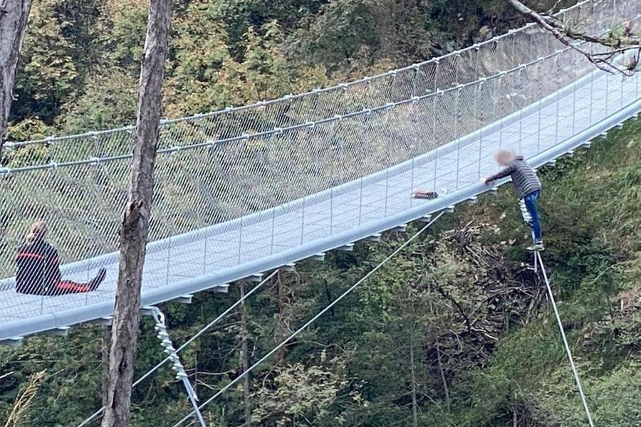Mamma di 3 figli vuole gettarsi da un ponte, donna carabinierela salva