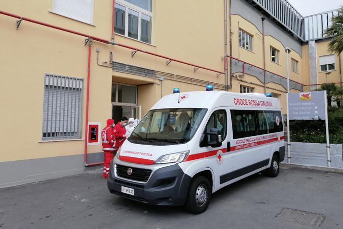 Picchia i dipendenti della Croce Rossa e sequestra un'ambulanza per soccorrere un parente