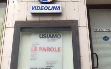 Il manifesto nella vetrina della sede di Videolina e L'Unione Sarda