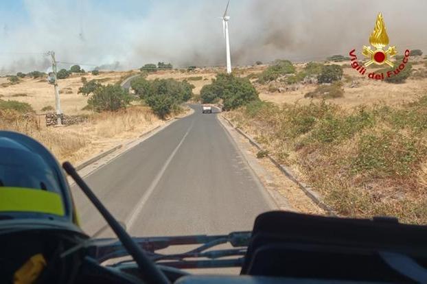 Il fumo causato dall'incendio (foto Vigili del fuoco)