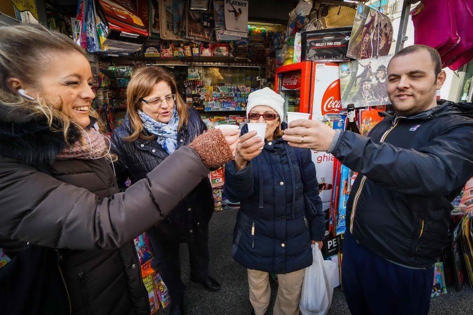 """Lotteria Italia, si festeggia nell'edicola """"vincente"""""""