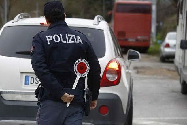 Poliziotto vede le sue scarpe, rubate, ai piedi di un clochard: finale a sorpresa