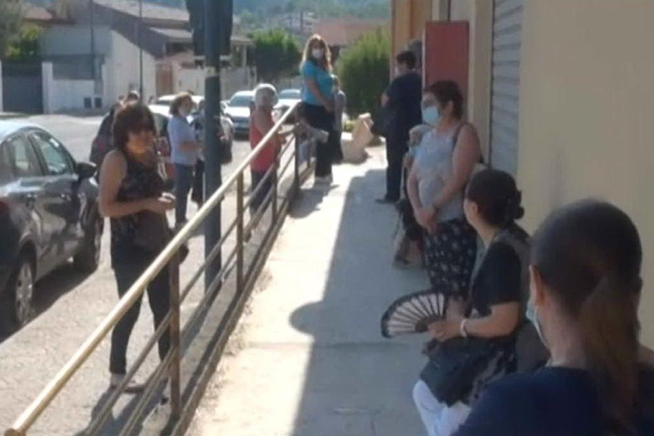 Segariu, lunghe code e proteste per l'orario ridotto dell'ufficio postale VIDEO