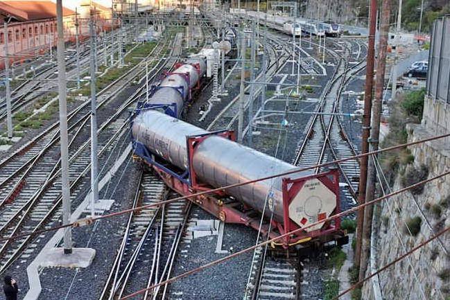 Deraglia il vagone di un treno alla stazione di Ventimiglia