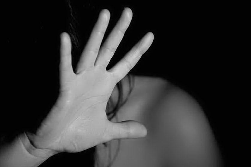 """""""Ti brucio con l'acido"""": 42enne picchiata dal marito davanti ai figli piccoli"""