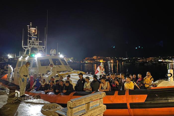 Tredicisbarchi nella notte a Lampedusa,hotspot al collasso: 865 ospiti per 250 posti
