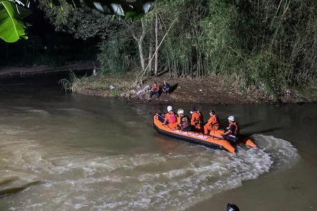Gita sul fiume finisce in tragedia: 11 ragazzini muoiono annegati
