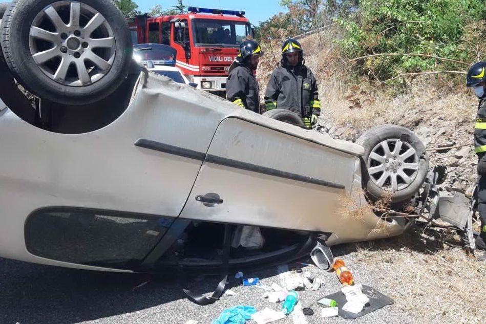 L'auto ribaltata (foto Vigili del fuoco)
