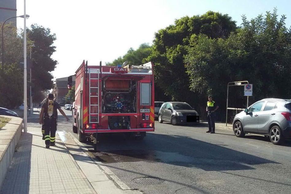 """Fumi tossici a Quartu: i pompieri si preparano a entrare nella """"zona rossa"""""""