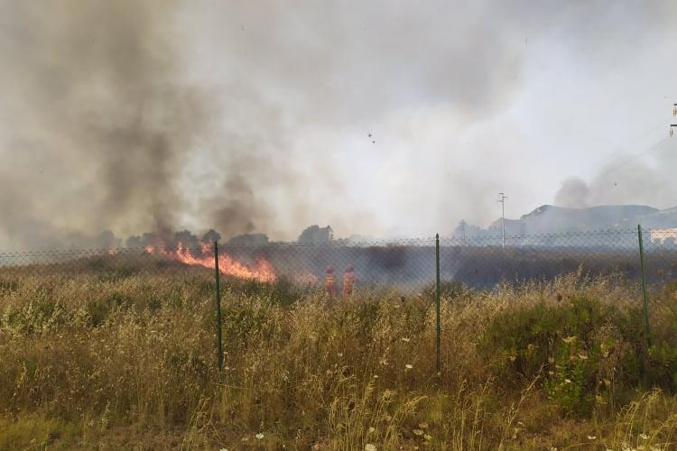 Carbonia, domenica di fuoco: divampano due incendi
