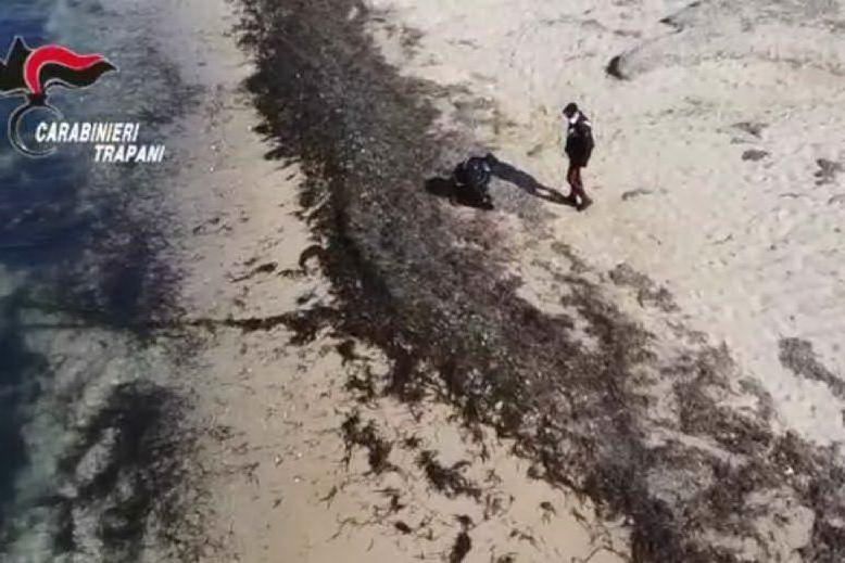Nuovo ritrovamento di droga in spiaggia: prosegue il mistero