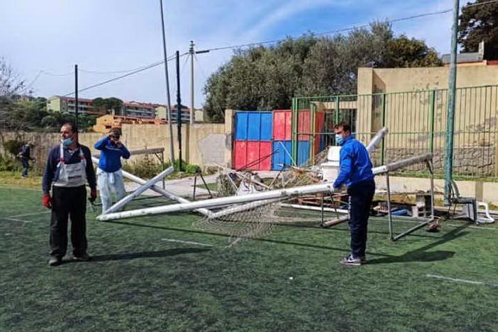 Castelsardo: i vandali imbrattano, i cittadini ripuliscono