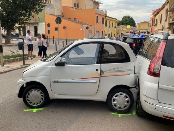 Panico a Porto Torres: provoca un incidente con l'auto rubata e spara tra la folla con la pistola scacciacani
