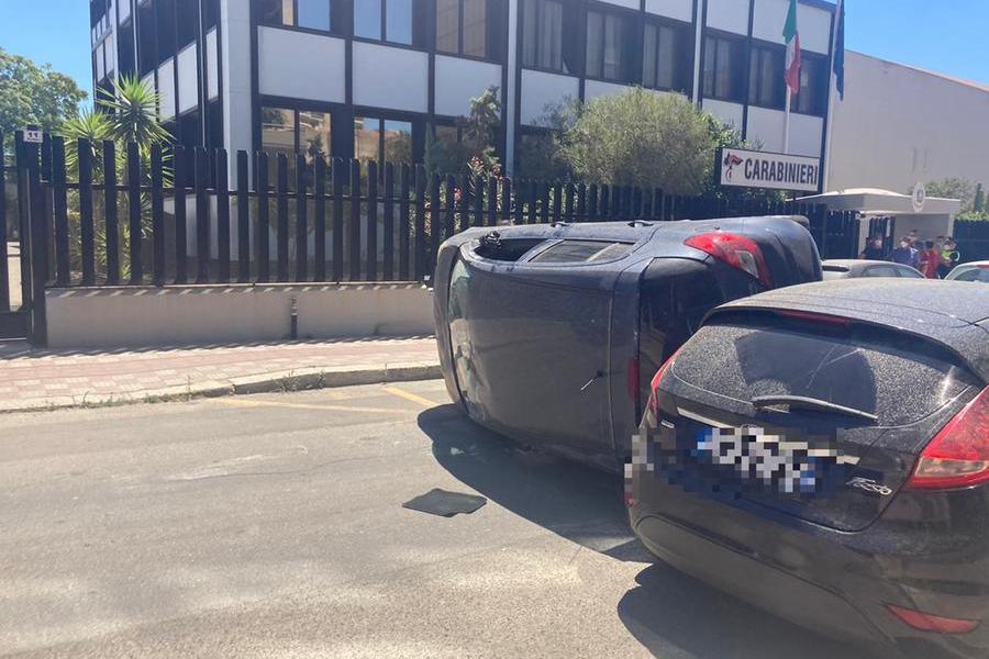 Cagliari, perde il controllo dell'auto e finisce contro quattro vetture in sosta