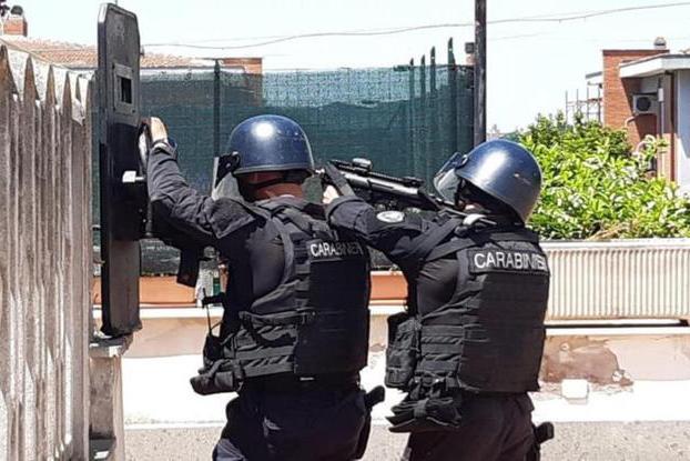 Il blitz del Gis (foto Carabinieri)