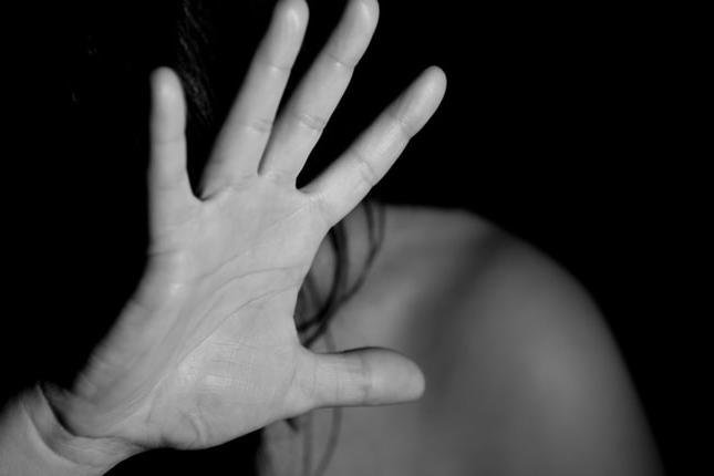 Adesca sui social e poi violenta la figlia 16enne della compagna: in cella uomo di 36 anni