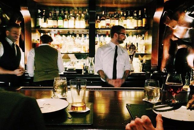 Regno Unito, stretta sui ristoranti: sarà illegale trattenere le mance dei camerieri