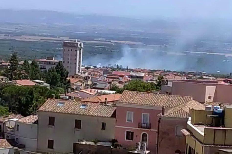 Villacidro, incendio di sterpaglie vicino al centro abitato