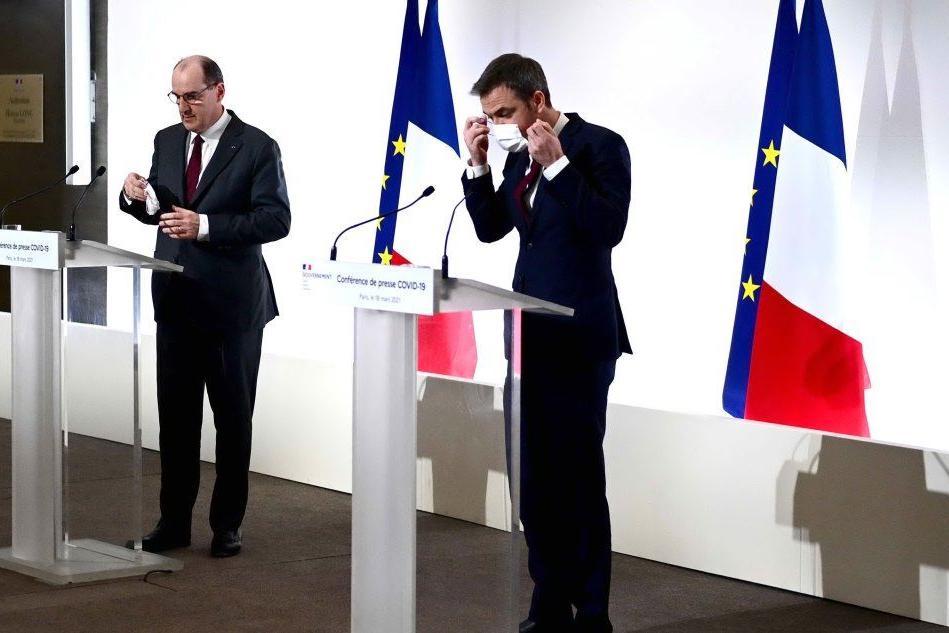 Parigi entra di nuovo in lockdown, le scuole restano aperte
