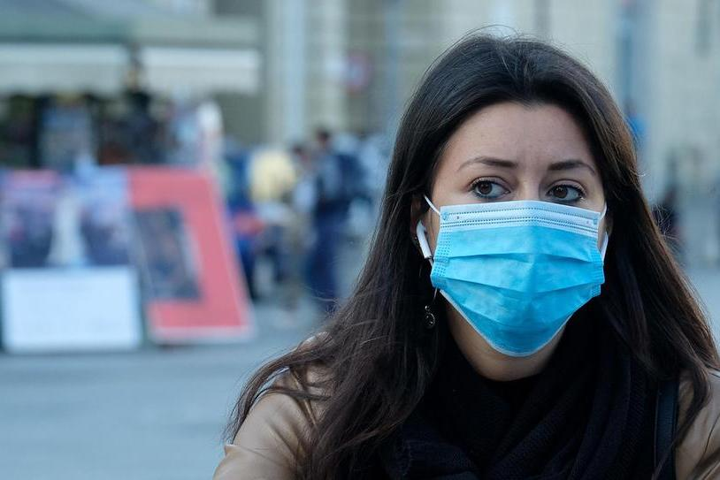 Una ragazza con la mascherina (foto Ansa)
