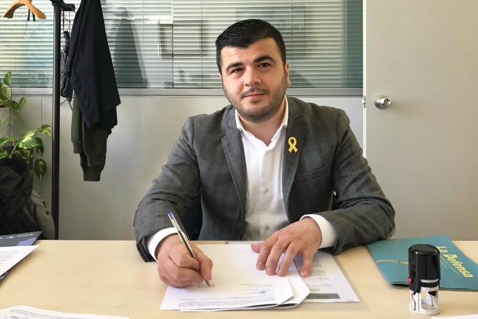Il sindaco Davide Corriga alla firma dell'accordo (foto Giacomo Pala)
