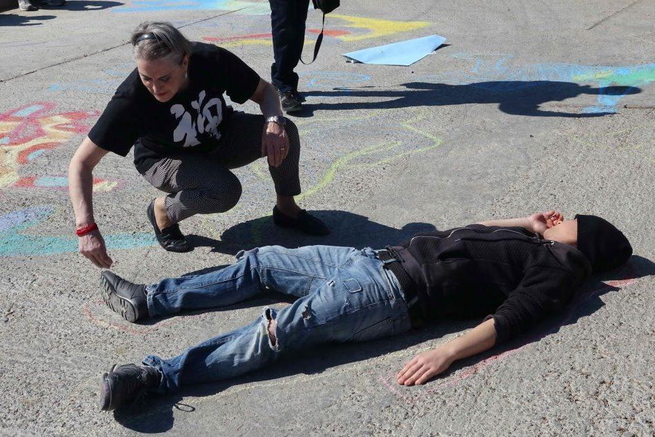 """Nuoro, """"Don't touch my brain"""": le sagome colorate contro la violenza"""