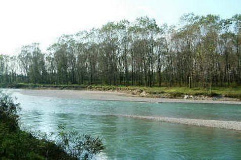 Si tuffa nel fiume e la corrente lo trascina, giovane muore annegato