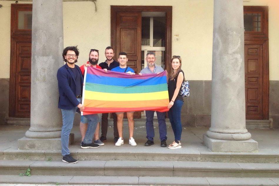 Macomer: bandiera arcobaleno in Comune contro ogni discriminazione