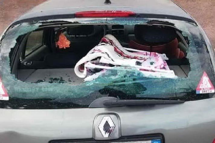 Auto distrutta nella notte: vandali in azione a Porto Torres