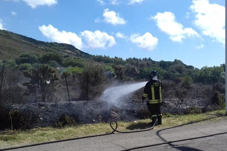 Incendio nella frazione di Flumentepido, a Carbonia