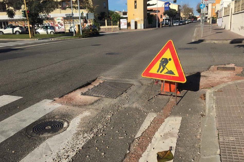 Cantieri a Oristano, strade e marciapiedi a pezzi: pericoli per i pedoni