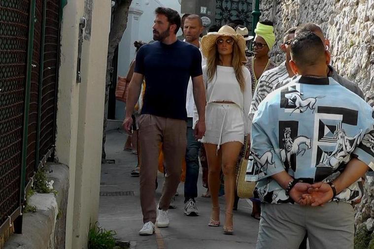 Jennifer Lopez e Ben Affleck per le strade di Capri (Ansa - Catuogno)