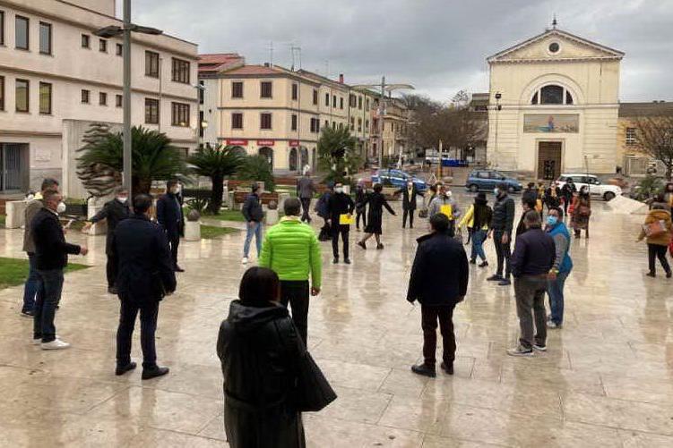 No alla violenza: a Porto Torres uomini e donne si tingono di giallo