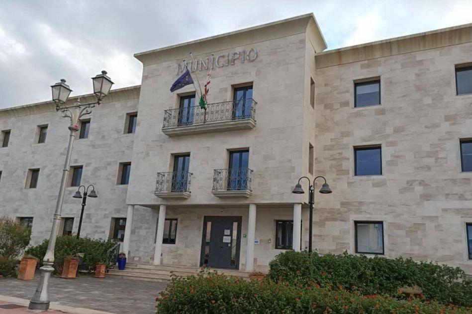 Il municipio di San Teodoro (foto Lecca)