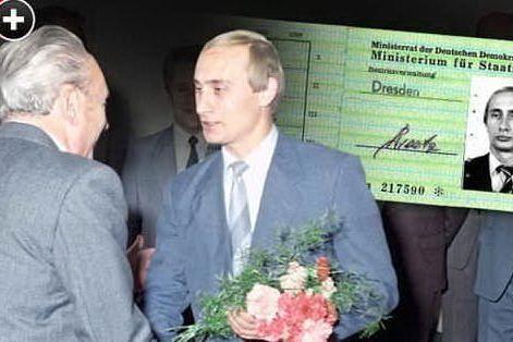 Un giovane Vladimir Putin e la sua tessera della Stasi (foto Bild)