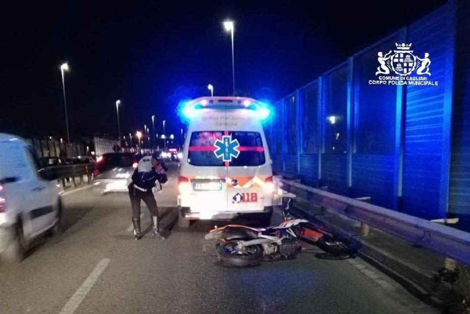 Cagliari, perde il controllo della moto: 28enne in ospedale