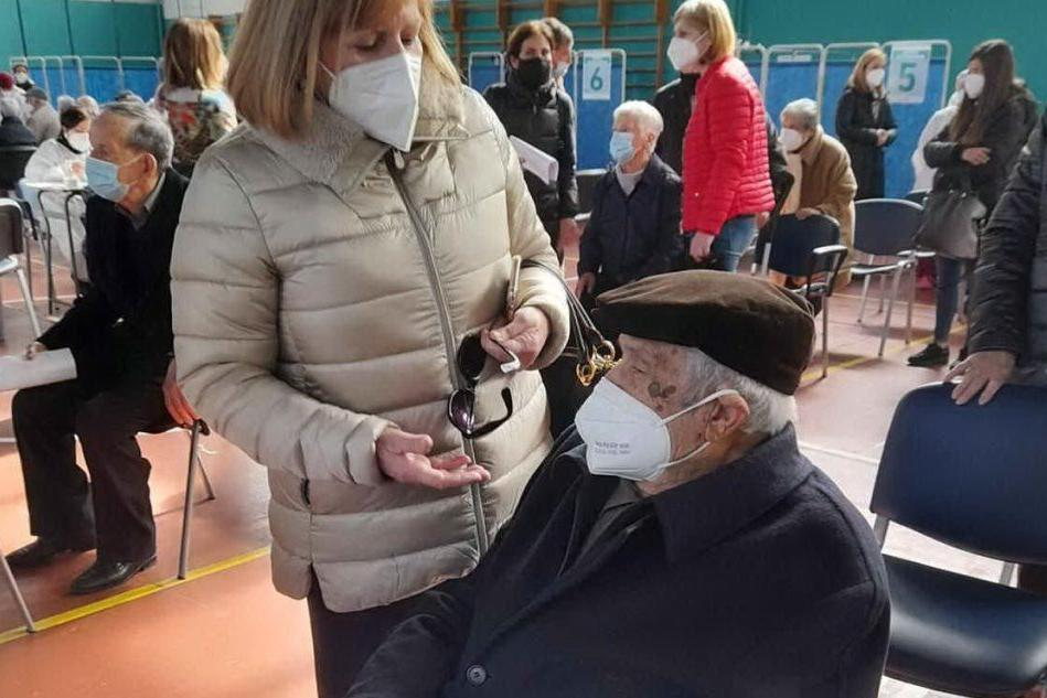 Vaccinazioni a Nuoro: c'è anche un ingegnere di 103 anni