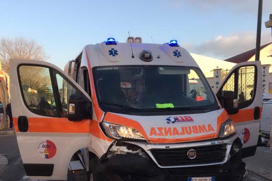 Oristano, auto contro ambulanza: un uomo in ospedale