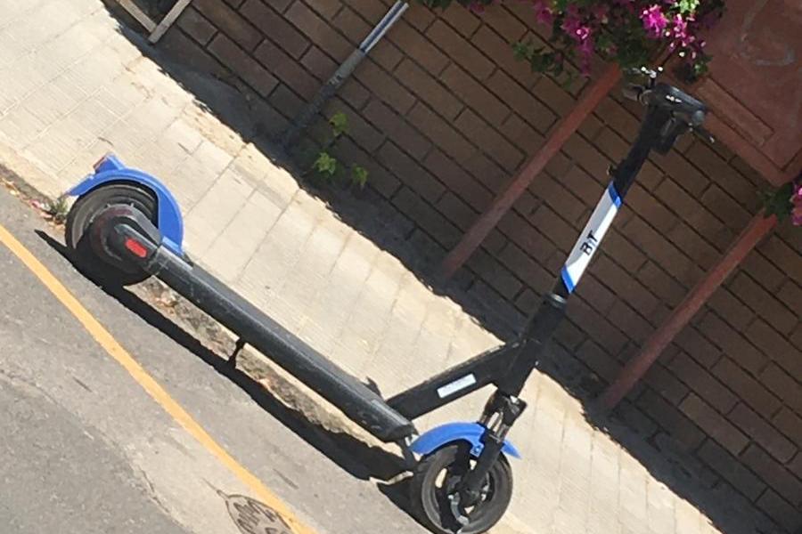 Monopattino a Cagliari nelle strisce gialle (foto inviata da un lettore)