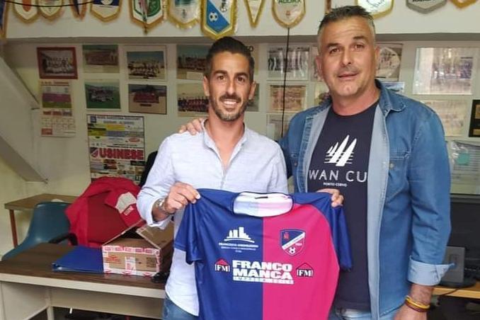 Il nuovo acquisto dell'Usinese Michele Pulina con il direttore sportivo Sandro Panzali (foto concessa dalla società)