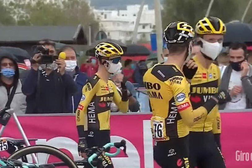 Ciclisti del team Jumbo-Visma (foto da frame video @GirodItalia)