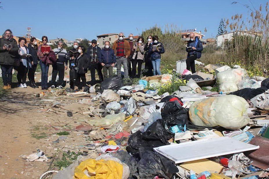 I rifiuti raccolti e i volontari (foto inviata da Valerio Piga)