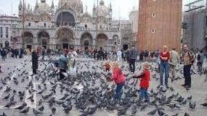 Turisti in piazza San Marco a Venezia (Ansa)