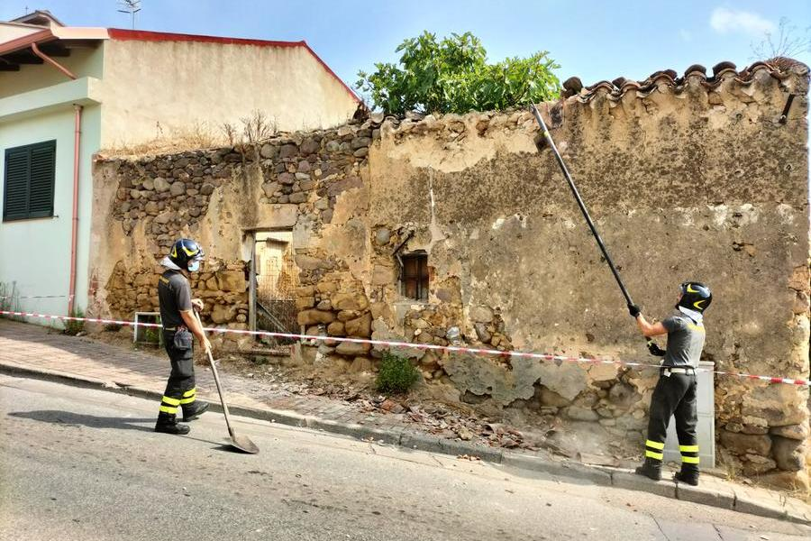 Carbonia, antica casa a rischio crollo: intervengono i vigili del fuoco