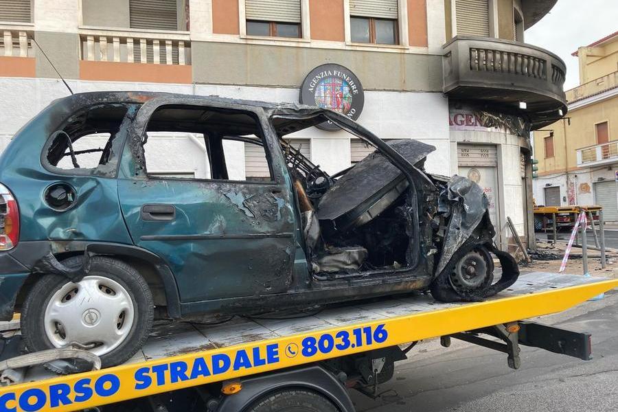 Prima lo scontro, poi l'auto finisce contro una vetrina: muore una ragazza a Carbonia