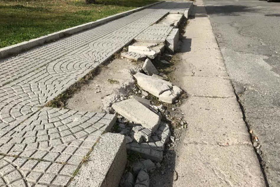 Quartu, marciapiede pericoloso in via Copernico