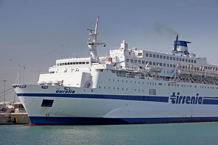 Un traghetto Tirrenia (Ansa)