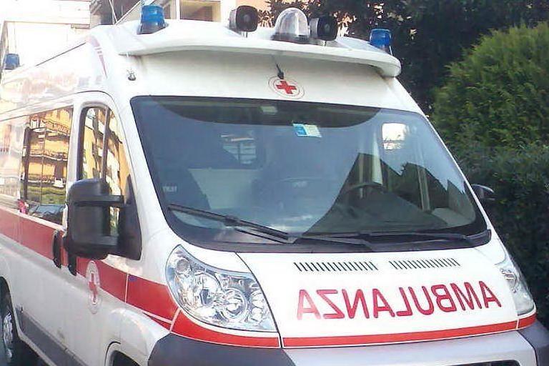 Golfo Aranci, soccorso dall'ambulanza:trentenne aggredisce i volontari