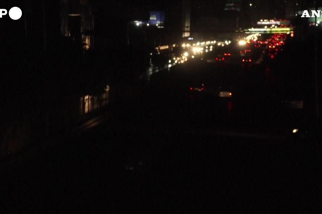 Blackout a Beirut, in città ci si muove con le torce